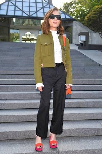 фото Изабель Юппер на показе коллекции Louis Vuitton