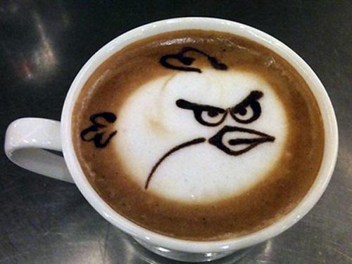 фото чашка латте с рисунком птички