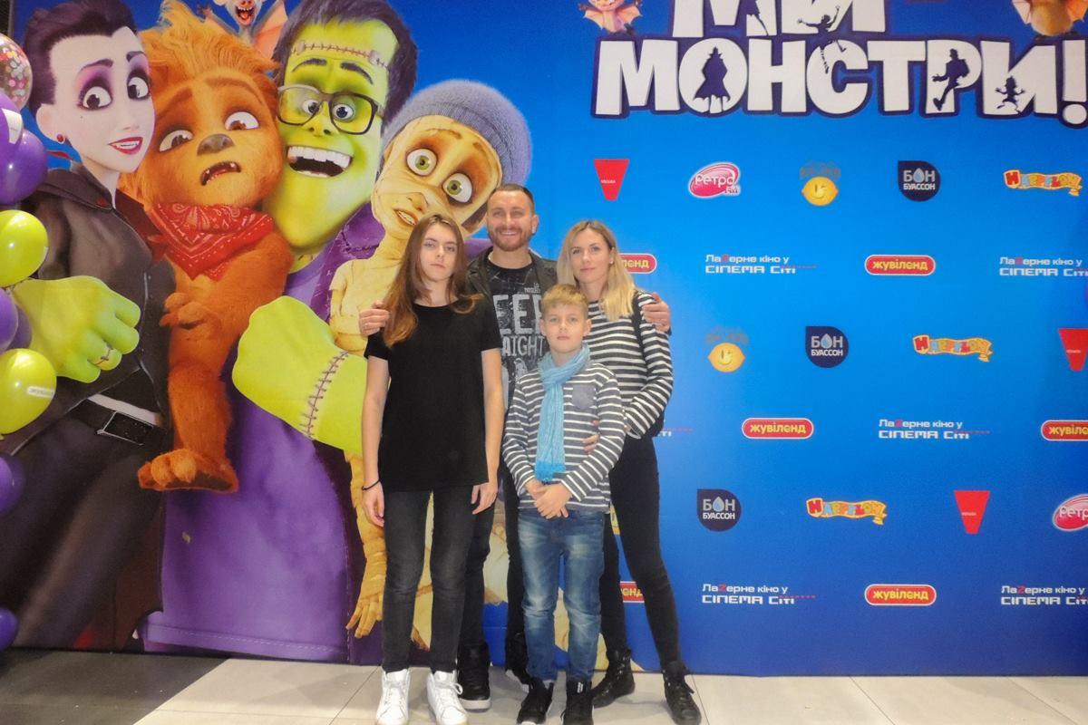 Олег Собчук с семьей на премьере мультфильма «МЫ — МОНСТРЫ»