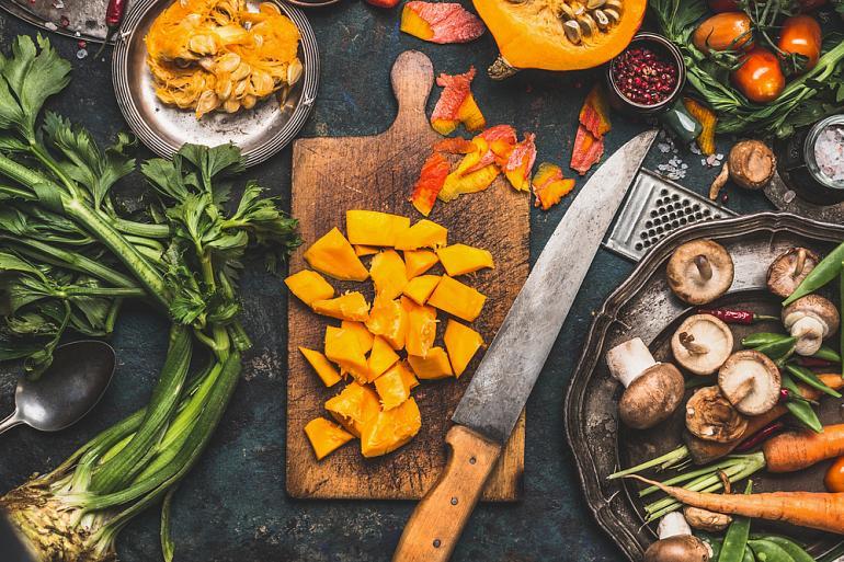 овощи и кухонная утварь на столе