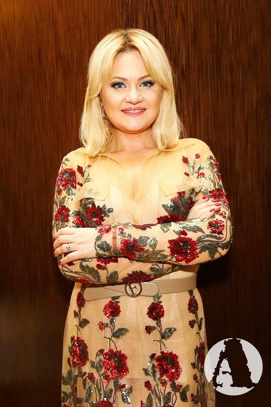 Наталья Бучинская в роскошном платье фото