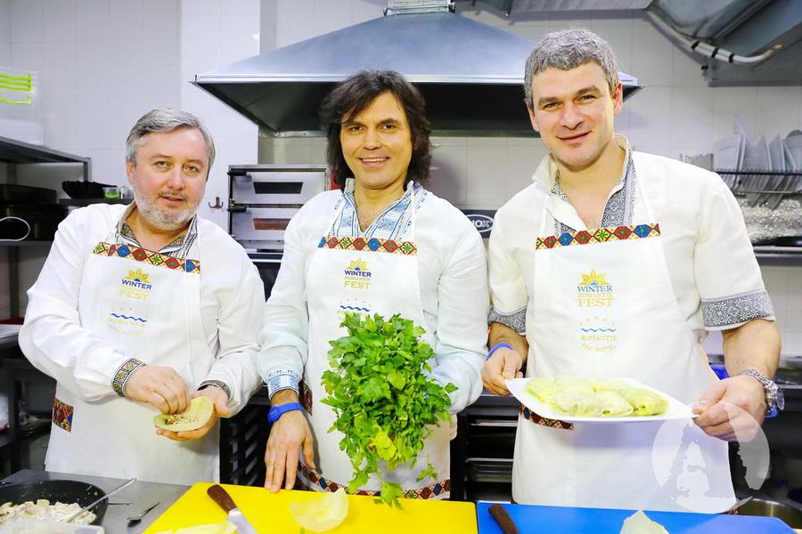 Виталий Борисюк, Арсен Мирзоян и Иван Гаврон готовят постные голубцы фото