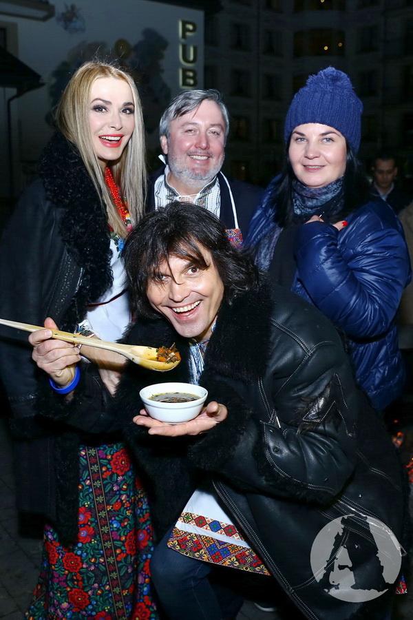 фото Виталий Борисюк, Ольга Сумская и Иван Гаврон угощаются грибной юшкой на Святвечер