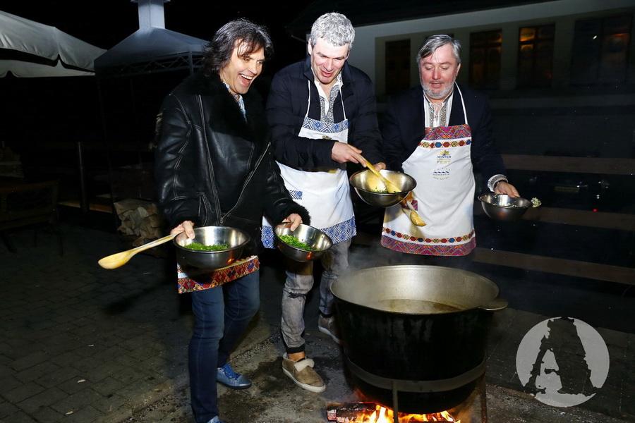 фото Виталий Борисюк, Арсен Мирзоян и Иван Гаврон готовят грибную юшку на Святвечер