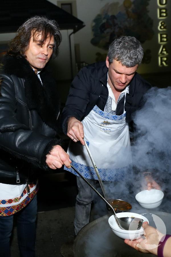 Виталий Борисюк и Арсен Мирзоян готовят грибную юшку в Romantik Spa Hotel фото