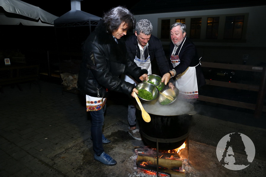 фото Виталий Борисюк, Арсен Мирзоян и Иван Гаврон варят грибную юшку