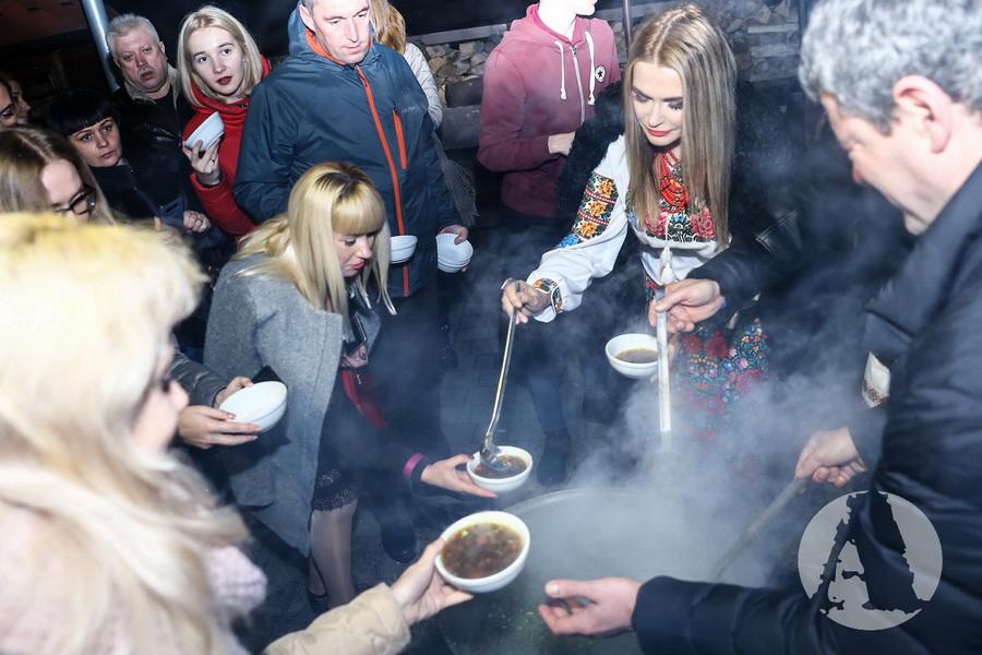 звезды угощат грибной юшкой гостей в Romantik Spa Hotel фото