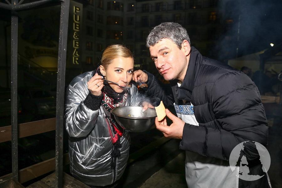 Антонина Матвиенко и Арсен Мирзоян пробуют грибную юшку на Святвечер фото