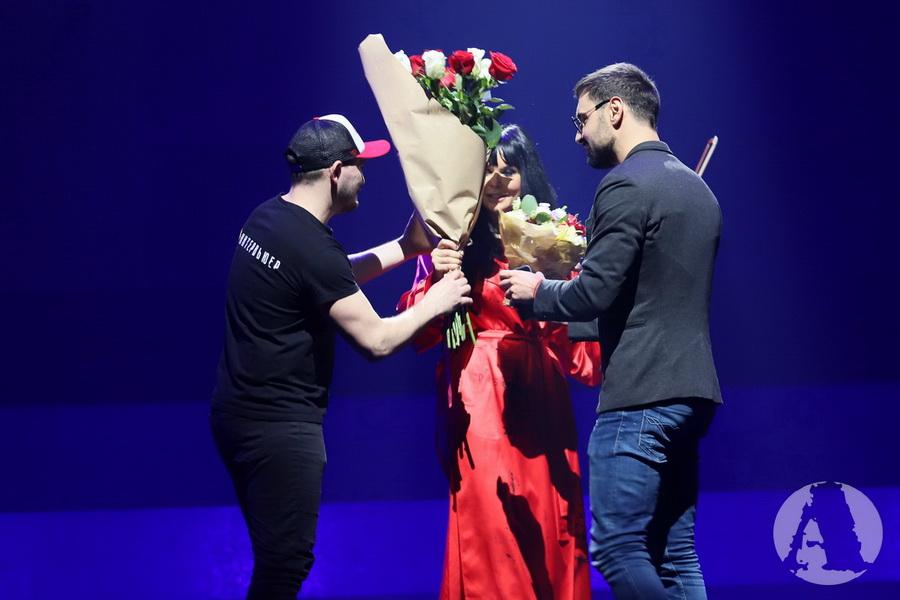 Виталий Козловский дарит цветы Ассии Ахат во дворце Украина фото