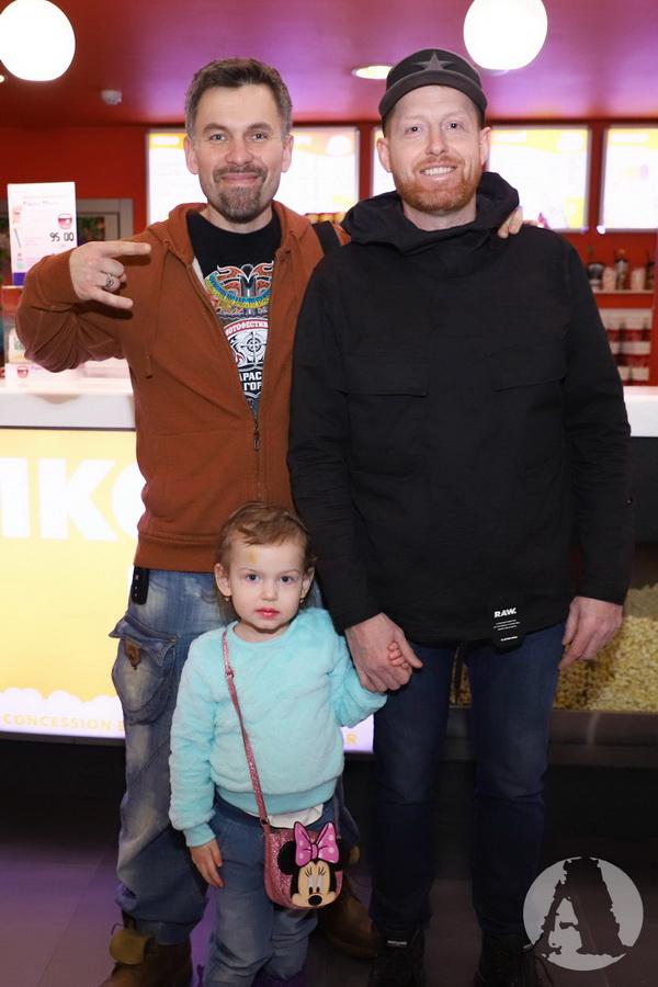 Генадий Попенко И Валерий Сараула с сыном на премьере мультфильма - ДИКІ ПРЕДКИ