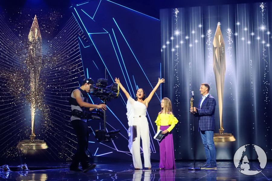 """Злата Огневич получает премию """"Золотая Жар-птица"""" фото"""