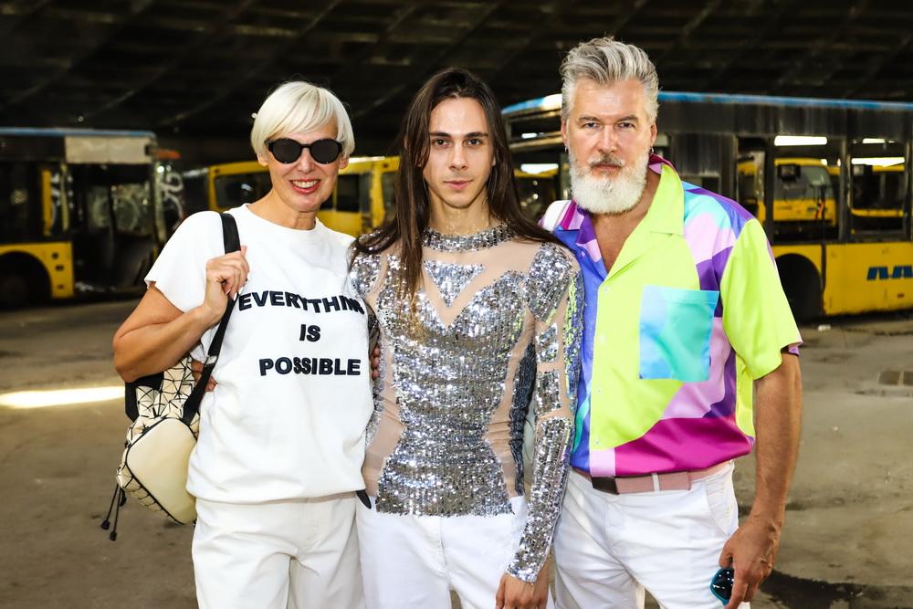 Фото Жана Грицфельда, Вячеслава и Ольги Дюденко в автобусном парке №7