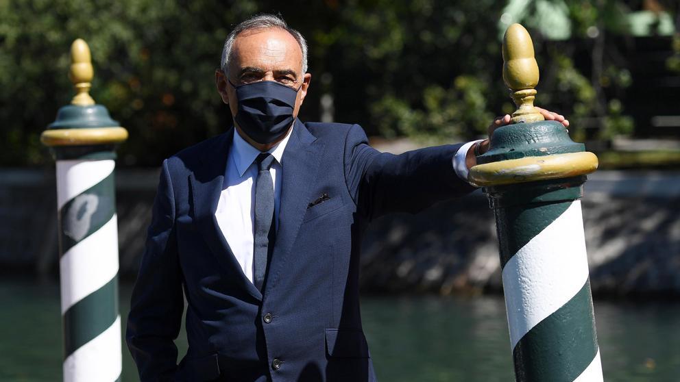 фото директора Венецианского фестиваля Альберто Барбера в маске