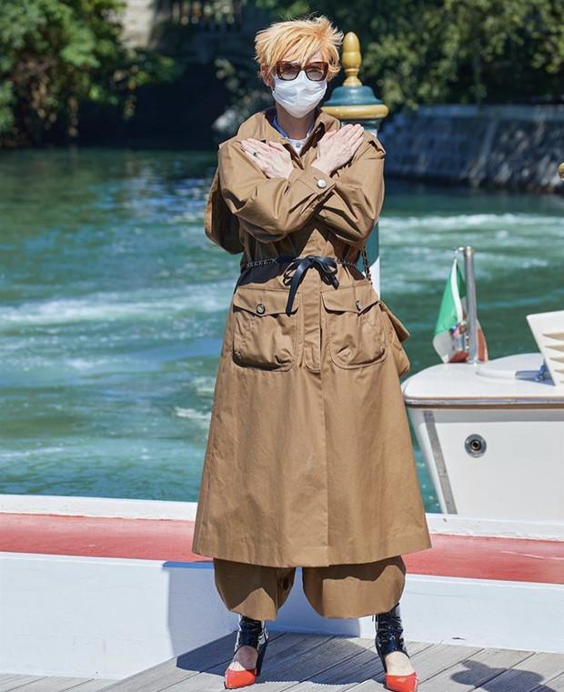 фот актрисы Тильды Суинтон в ндень прибытия на 77-ой Венецианском фестивале