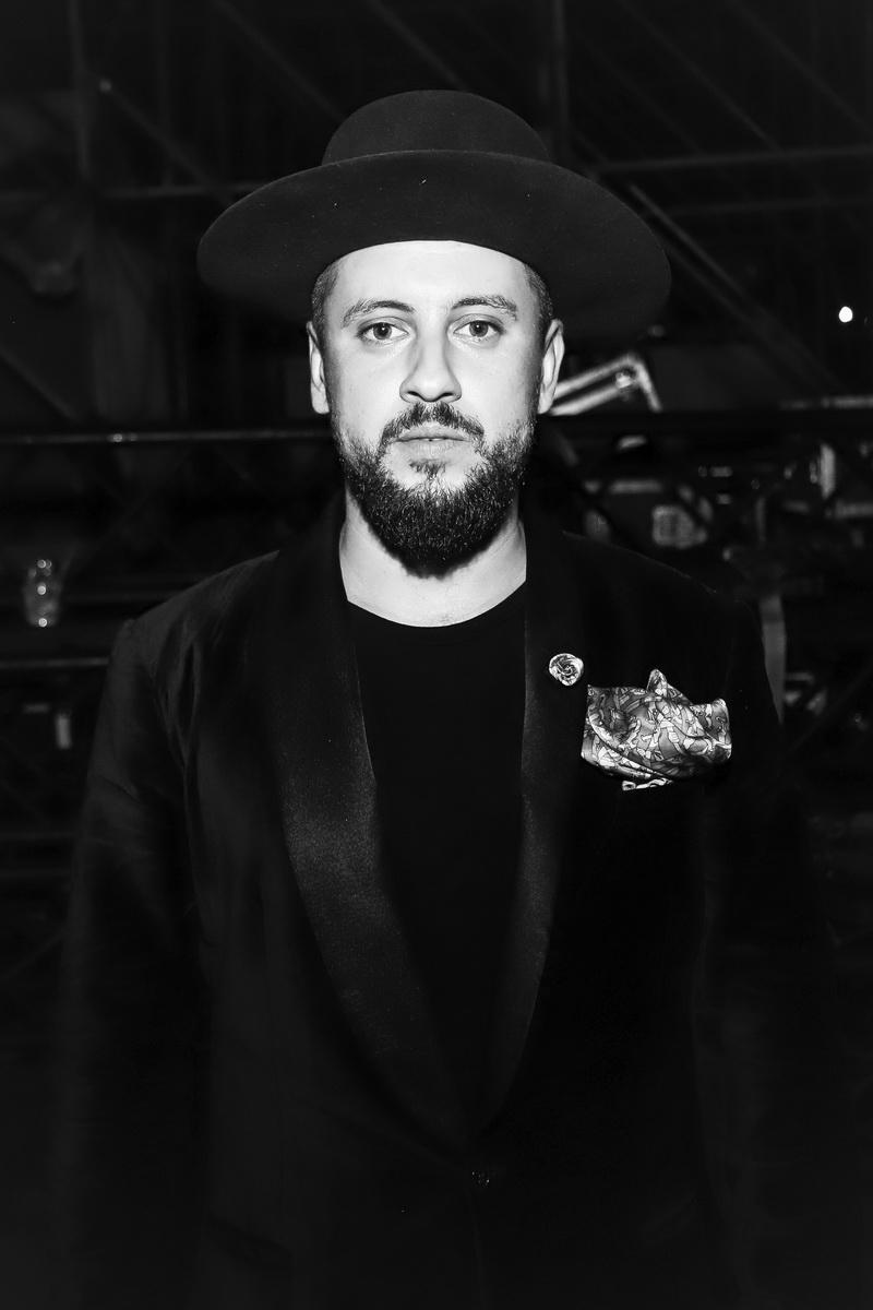 фото Дмитрий Монатик после выступления на вечеринке «Даруємо емоції»