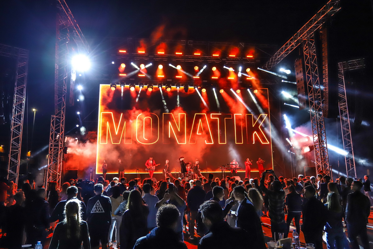 фото вечеринки «Даруємо емоції» на сцене выступает MONATIK