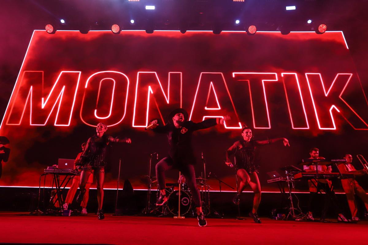 фото MONATIKA, во время выступления на сцене Юнит сити