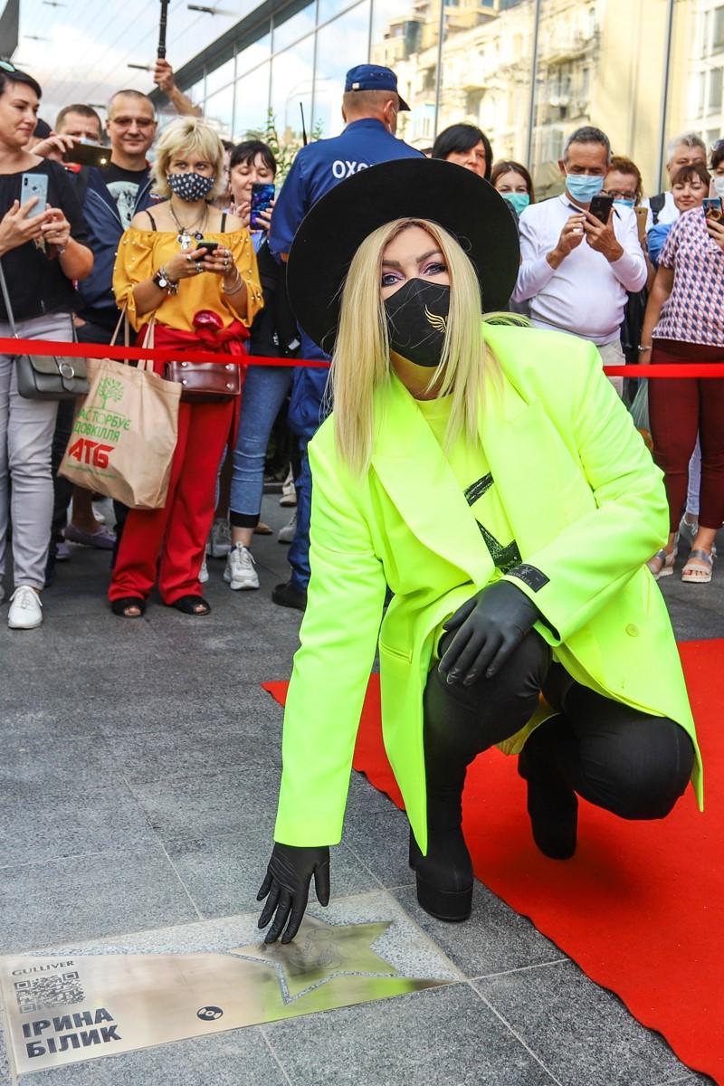 """фото Ирина Билык возле своей """"звезды"""" на Площади звезд"""