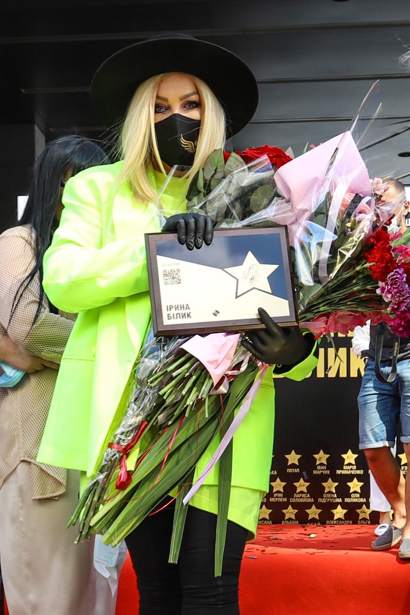 """фото Ирина Билык с памятной табличкой об открытии ее """"звезды"""" на Площади звезд"""