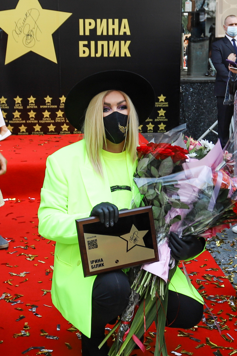 """фото Ирина Билык с памятной табличкой и цветами на открытие """"звезды"""" в ее честь"""
