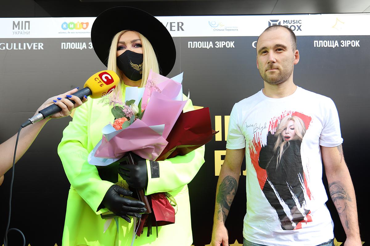 фото Ирины Билык с фанатом, который сделал татуировку с портретами певицы на обеих руках