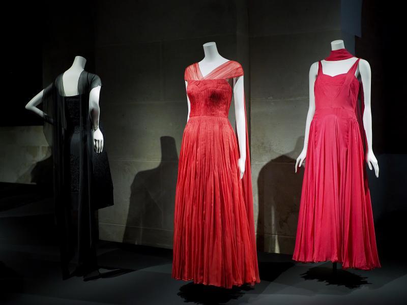 фото экспоната выставки Chanel: платья из красного шифона, 1955 года