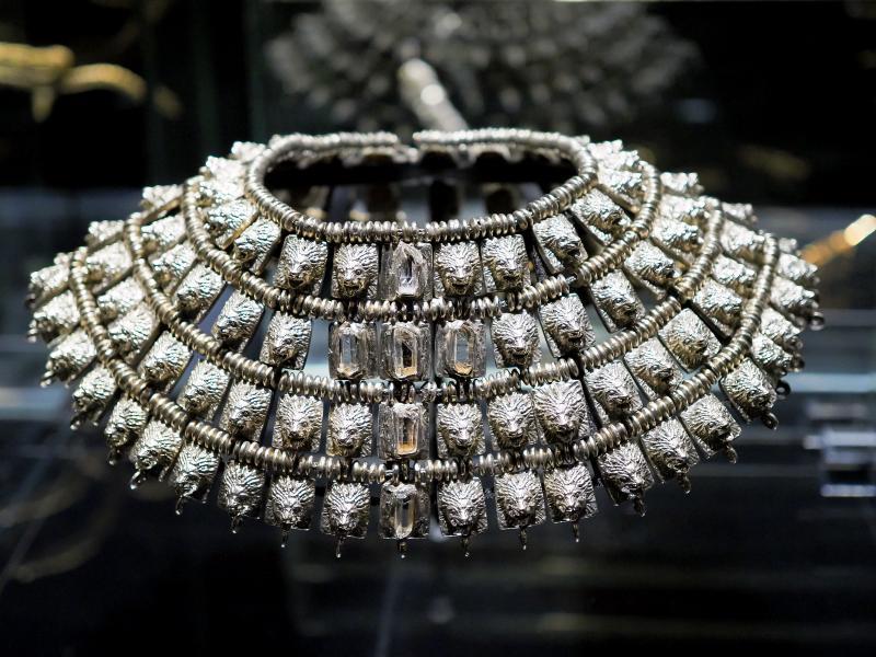 на фото ожерелье из серебра с кристаллами, между 1965 и 1971 годами