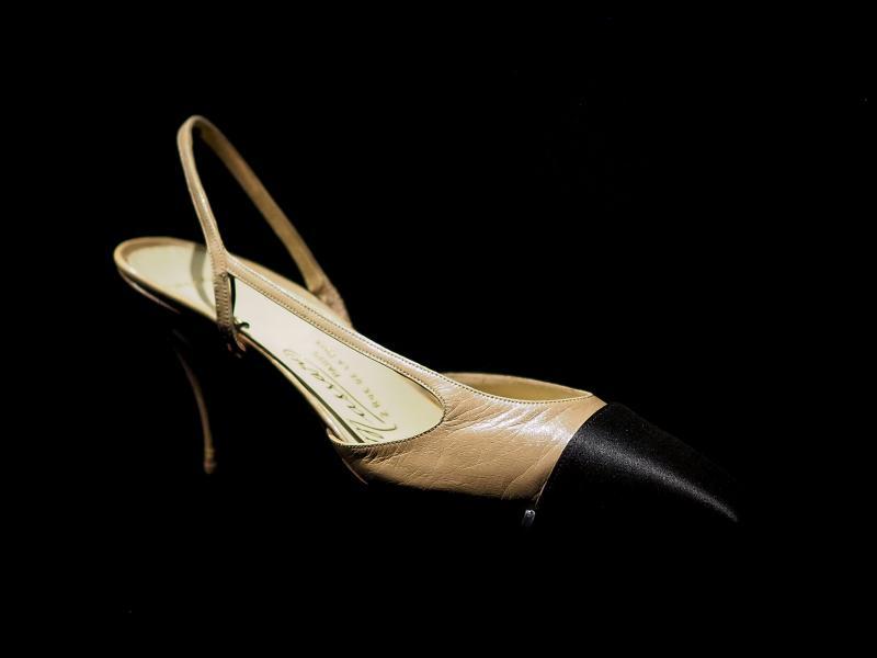 фото прототипа туфель Шанель с ремешком на пятке, 1961