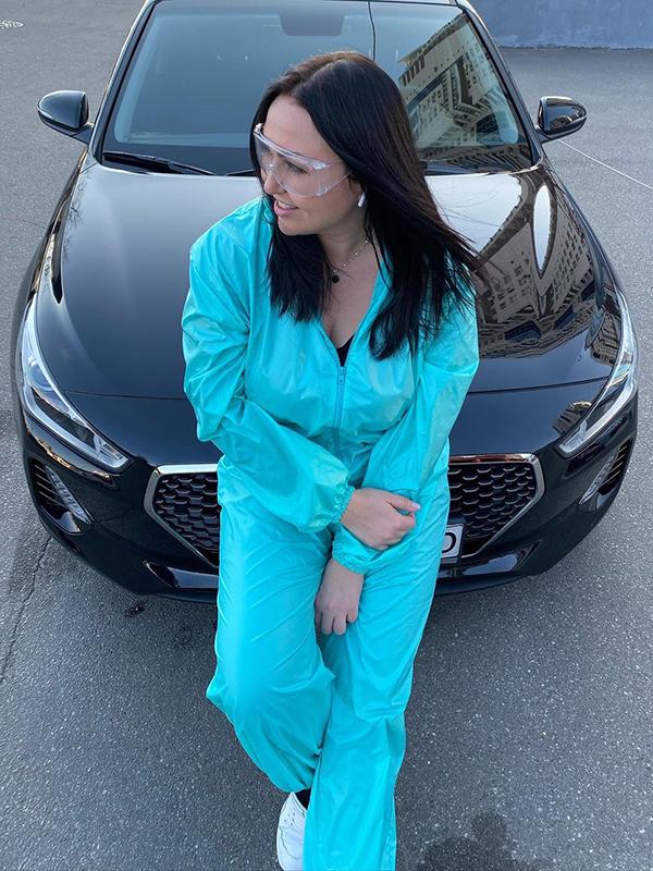 Елена Pravda возле автомобиля