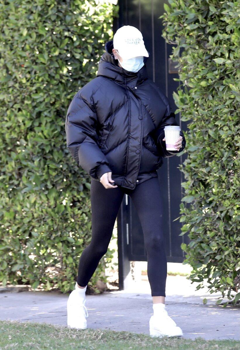 Хейли Бибер на прогулке в пуховике Ienki Ienki