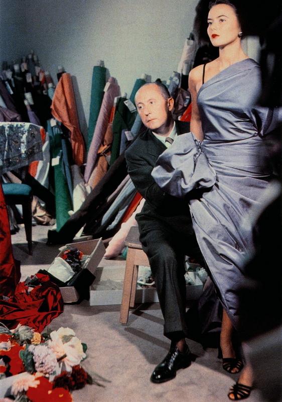 фото Кристиана Диор во время работы с моделью, 1947 год