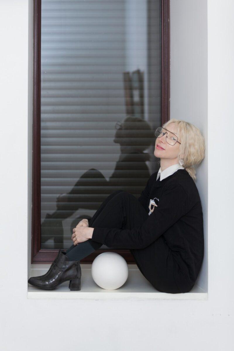 Лика Спмваковская на подоконнике фото