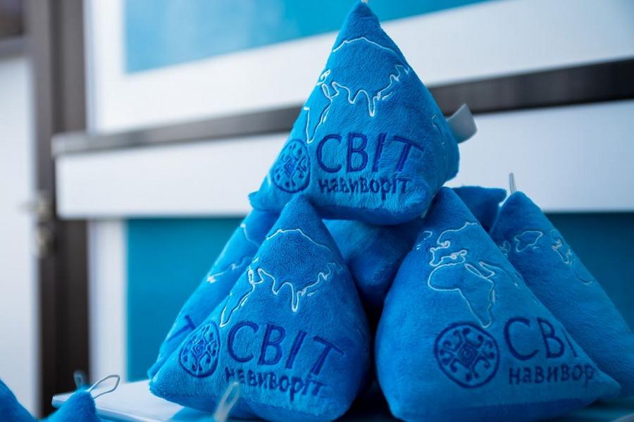 Фото: Мягкие игрушки треугольной формы, созданные Андре Таном и Дмитрием Комаровым