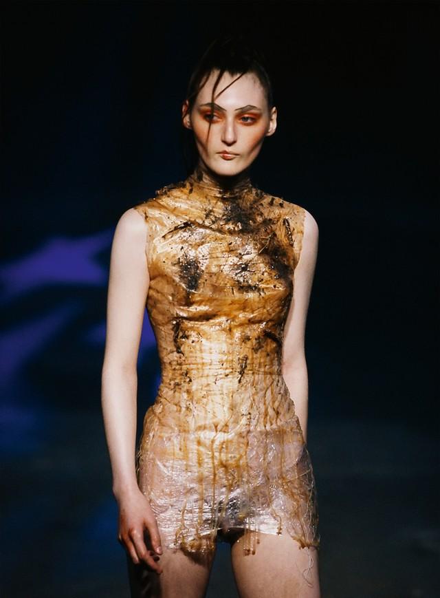 foto с показа первой коллекции Alexander McQueen - Nihilism, SPRING 1994