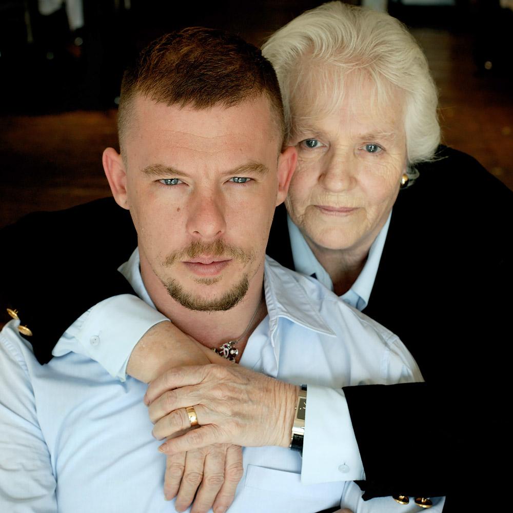 Фото: Александр Маккуин с мамой Джойс Маккуин