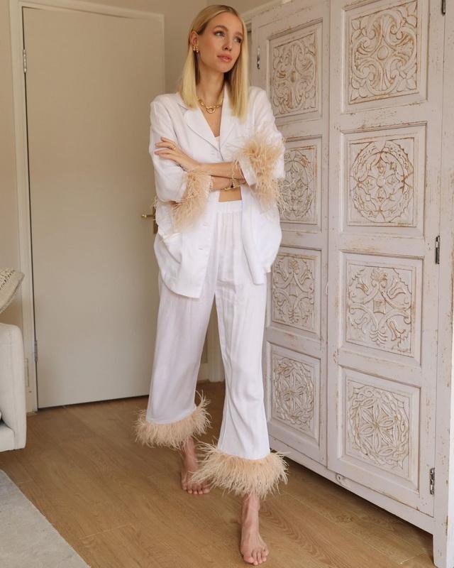 Модный блогер Леони Ханне в костюме Daily Sleeper