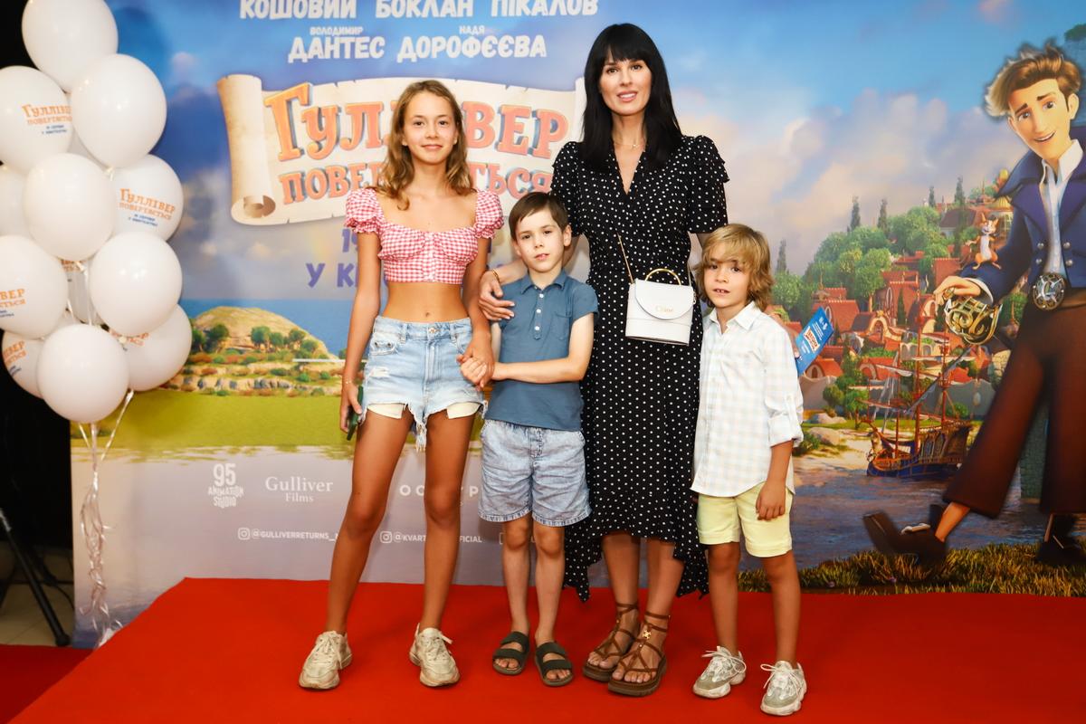 foto Маша Ефросинина с детьми с детьми на премьере фильма «Гулливер возвращается»