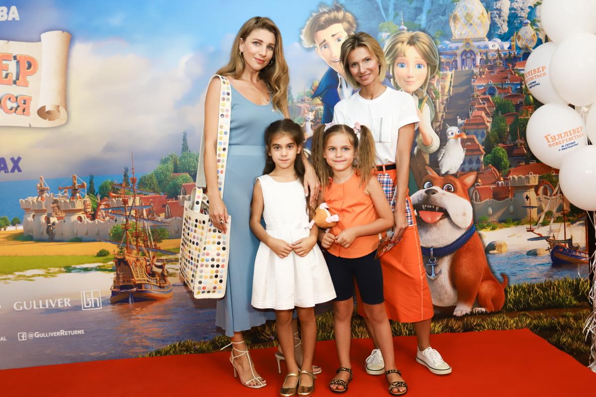 foto Катя Сильченко и Елизавета Юрушева с детьми на премьере фильма «Гулливер возвращается»